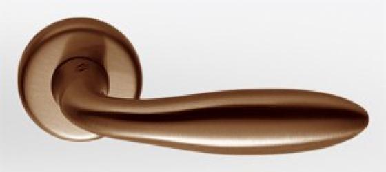 Фото  COLOMBO (Италия) Дверные ручки модели Mach античная латунь