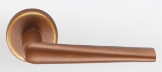 Фото  COLOMBO (Италия) Дверные ручки модели Robotre бронза