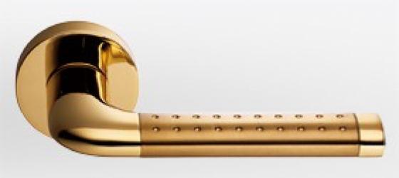 Фото  COLOMBO (Италия) Дверные ручки модели Tailla матовое золото/полированное золото c перфорацией